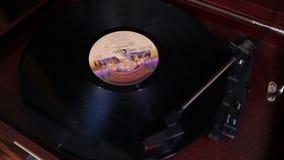 Juega a un jugador de disco de vinilo, tocadiscos retro, viejo jugador de música almacen de video