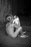 Juega a una muchacha y con un gato Foto de archivo libre de regalías