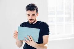 Juegan al hombre en la tableta Estudiante que descansa sobre campus Fotografía de archivo libre de regalías