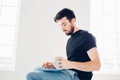 Juegan al hombre en la tableta Estudiante que descansa sobre campus Imágenes de archivo libres de regalías