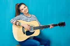 Juego adolescente de la muchacha con la diversión en la guitarra Fotos de archivo