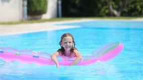 Juego adorable del niño en piscina al aire libre almacen de metraje de vídeo