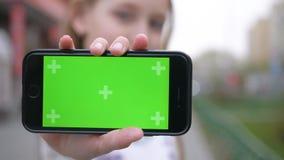 Juego agradable del juego de la pantalla del verde de Smartphone de la demostración de la muchacha almacen de metraje de vídeo