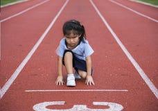 Juego al aire libre del runng asiático de la muchacha Fotos de archivo