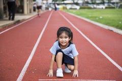 Juego al aire libre del runng asiático de la muchacha Imagenes de archivo