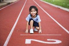 Juego al aire libre del runng asiático de la muchacha Imágenes de archivo libres de regalías