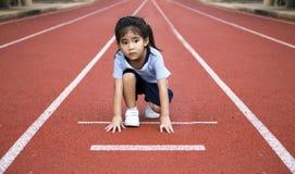 Juego al aire libre del runng asiático de la muchacha Fotografía de archivo libre de regalías
