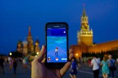 Juego aumentado moderno de la realidad en smartphone Imagenes de archivo