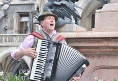 Juego bávaro de los músicos en el acordeón foto de archivo libre de regalías