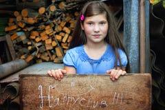 Juego bonito de la muchacha del preadolescente en la yarda del país Imagenes de archivo