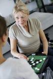 Juego casero del playin del cuidador con elederly la mujer en silla de ruedas Imagen de archivo libre de regalías