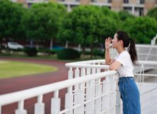 Juego chino asiático del estudiante universitario en el patio Imágenes de archivo libres de regalías