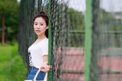 Juego chino asiático del estudiante universitario en el patio Imagen de archivo