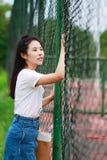 Juego chino asiático del estudiante universitario en el patio Imagen de archivo libre de regalías