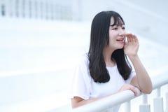 Juego chino asiático del estudiante universitario en el patio Foto de archivo libre de regalías