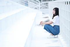 Juego chino asiático del estudiante universitario en el patio Foto de archivo