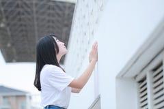 Juego chino asiático del estudiante universitario en el patio Fotografía de archivo