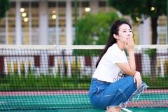Juego chino asiático del estudiante universitario en el patio del campo de tenis Imagen de archivo libre de regalías