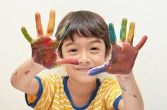 Juego colorido del muchacho de poco dos manos Foto de archivo libre de regalías