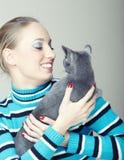 Juego con el gato Imagen de archivo libre de regalías