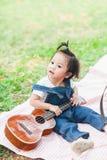 Juego de 2 años del bebé lindo en la manta de la comida campestre Imagenes de archivo
