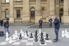 Juego de ajedrez al aire libre gigante del juego de los hombres Imagenes de archivo
