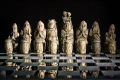 Juego de ajedrez antiguo en el tablero de cristal Fotos de archivo