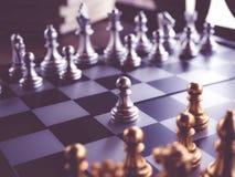 Juego de ajedrez a bordo con estilo del vintage Imagen de archivo libre de regalías