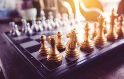 Juego de ajedrez a bordo en tono del vintage Foto de archivo
