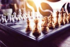 Juego de ajedrez a bordo y con estilo del vintage Imágenes de archivo libres de regalías