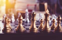 Juego de ajedrez a bordo y con estilo del vintage Fotos de archivo