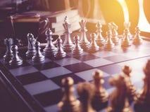 Juego de ajedrez a bordo y con estilo del vintage Foto de archivo