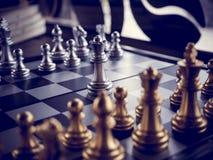 Juego de ajedrez a bordo y con estilo del vintage Imagen de archivo libre de regalías