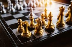 Juego de ajedrez a bordo y con estilo del vintage Fotografía de archivo libre de regalías