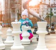 Juego de ajedrez con el pedazo de ajedrez gigante Foto de archivo libre de regalías