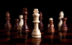 Juego de ajedrez con el rey en el centro Imagenes de archivo