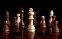 Juego de ajedrez con el rey en el centro Foto de archivo