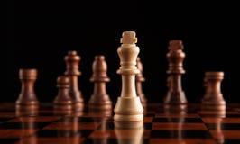 Juego de ajedrez con el rey en el centro Foto de archivo libre de regalías