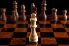Juego de ajedrez con el rey en el centro Imagen de archivo libre de regalías