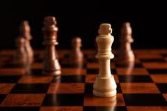 Juego de ajedrez con el rey en el centro Fotos de archivo