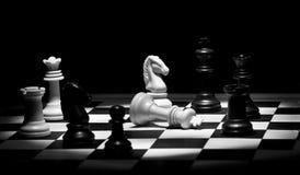 Juego de ajedrez en blanco y negro imagen de archivo