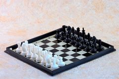 Juego de ajedrez en tablero de ajedrez imagenes de archivo