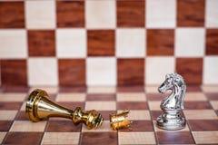 Juego de ajedrez Un caballero toma a plumones todos los enemigos Concepto competitivo del negocio imágenes de archivo libres de regalías