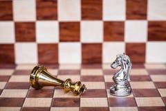 Juego de ajedrez Un caballero toma a plumones todos los enemigos Concepto competitivo del negocio imagen de archivo