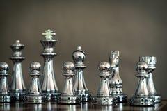 Juego de ajedrez Un grupo de equipo de plata del ajedrez Concepto de la estrategia empresarial y del trabajo del equipo Foco en e fotografía de archivo