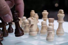 Juego de ajedrez Un movimiento de matar Refiera a la estrategia empresarial y al concepto competitivo imagenes de archivo