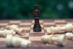 Juego de ajedrez Un soporte del rey como ganador pasado en un juego Negocio competitivo y concepto de la estrategia imagen de archivo