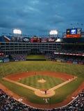 Juego de béisbol de las Texas Rangers en la noche imágenes de archivo libres de regalías
