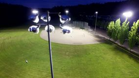 Juego de béisbol en un campo en un parque por la tarde metrajes