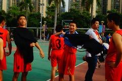 Juego de baloncesto de la escuela secundaria Fotos de archivo